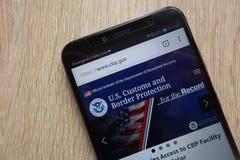 U S Zwyczaje i Rabatowa ochrony strona internetowa wystawiający na nowożytnym smartphone obraz royalty free