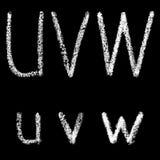 U, v, lettres blanches manuscrites de craie de W d'isolement sur le fond noir Images libres de droits