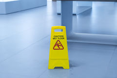 u. x22; Vorsicht nasses floor& x22; Zeichen Stockbilder