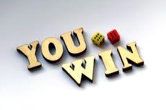 U wint De houten brieven en dobbelen op een witte achtergrond Stock Afbeelding