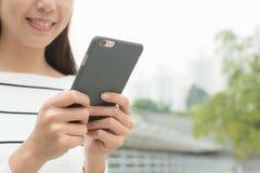 Używa telefon komórkowy kobiety Zdjęcia Stock