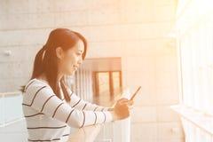 Używa telefon komórkowy kobiety Zdjęcia Royalty Free