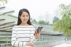 Używa telefon komórkowy kobiety Fotografia Stock