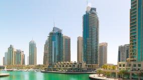 Uae dnia światła Dubai marina jachtu łodzie dokują stacyjnych 4k jednoczących arabskich emiraty zdjęcie wideo