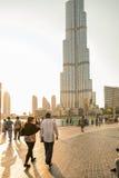 UAE/DUBAI - 2012年9月14日-走在迪拜的街道上的人们 免版税库存照片