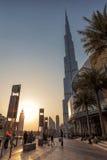 UAE/DUBAI - 2012年9月14日-走在迪拜的街道上的人们 库存照片