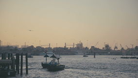 UAE, 2017: Dubai Creek Atmósfera pacífica: ciudad de puerto marítimo en la puesta del sol metrajes