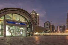 UAE/DUBAI le 9 septembre 2012 - la longue exposition avec des rails des voitures s'allument photo libre de droits