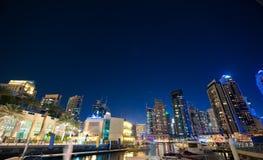 UAE, DUBAI - NOVEMBRO, 30, 2013: Skyline do porto de Dubai Arranha-céus do porto de Dubai Opinião da noite Fotografia de Stock Royalty Free
