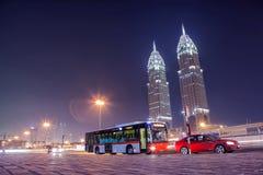 UAE/DUBAI - 26 2012 SEP - Autobusowa przerwa z bliźniaczymi wieżami w backgroun Obraz Royalty Free
