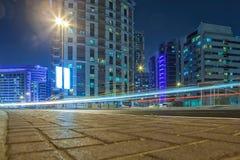 UAE/DUBAI - 26 2012 SEP - Autobusowa przerwa z bliźniaczymi wieżami w backgroun Zdjęcie Stock