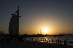 UAE/DUBAI - 10/5/2012 - solnedgång med konturn av byggnad Arkivfoton