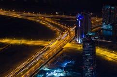 UAE, Dubaj, 06/14/2015, w centrum Dubai futurystycznego miasta neonowi światła i sheik, zayed droga strzał od światów wysoki wier Obrazy Royalty Free