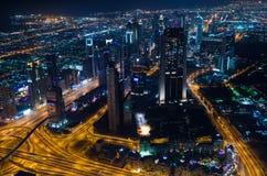 UAE, Dubaj, 06/14/2015, w centrum Dubai futurystycznego miasta neonowi światła i sheik, zayed droga strzał od światów wysoki wier Zdjęcie Stock