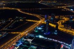 UAE, Dubaj, 06/14/2015, w centrum Dubai futurystycznego miasta neonowi światła i sheik, zayed droga strzał od światów wysoki wier Obraz Stock