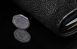 UAE - 50 Fils Münze und schwarzer glänzender Hintergrund Sting Ray Wallet Ons A lizenzfreie stockfotos