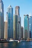 UAE - JUNI 4: Bostadsområdet av den Dubai marina Arkivfoton