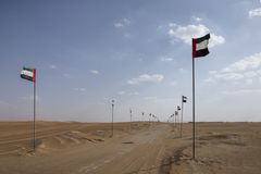 UAE sjunker att fodra en väg i en öken Arkivfoton