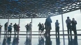 UAE, 2017: Touristen vor Fenstern auf dem höchsten Boden Burj Halifa stock video footage
