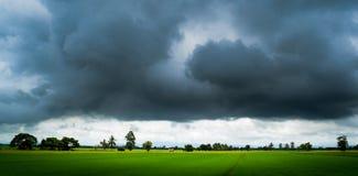 Uau! As nuvens grandes e a estrada no campo, travam terrível Fotografia de Stock