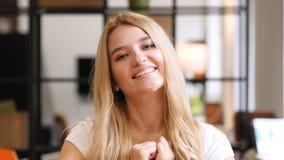 Uau, menina que reage ao sucesso, positivo Imagem de Stock