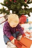 Uau - presentes surpreendidos do Natal da abertura do miúdo Imagem de Stock Royalty Free