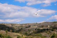 UAV in berg royalty-vrije stock afbeeldingen