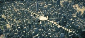 UAV bewapende verkenning en aanvalshommel die hoog boven een metropolitaanse stad vliegen royalty-vrije stock foto