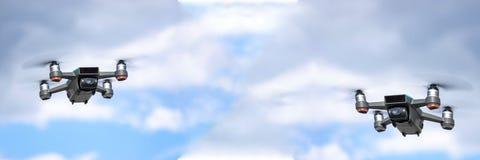 Uav-Brummen quadcopters mit Digitalkameras lizenzfreie stockfotos