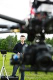 UAV die met Nadruk op Technicus vliegen royalty-vrije stock afbeelding