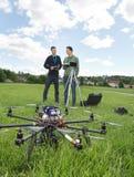 Uav-helikoptern och tekniker på parkerar arkivfoton