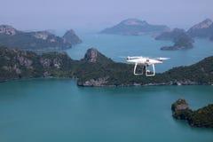 UAV of Hommel de camera vliegt omhoog van de handen in de blauwe hemel met Royalty-vrije Stock Foto's