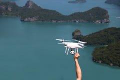 UAV of Hommel de camera vliegt omhoog van de handen in de blauwe hemel met Royalty-vrije Stock Afbeelding