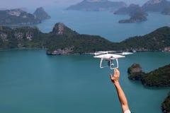 UAV of Hommel de camera vliegt omhoog van de handen in de blauwe hemel met Stock Afbeelding