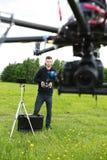 UAV Octocopter de Operating del ingeniero en parque imágenes de archivo libres de regalías