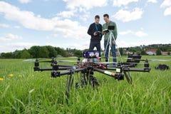 UAV Octocopter och tekniker på parkerar royaltyfri fotografi