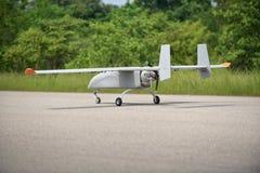 UAV taxi i landningsbana Arkivbilder