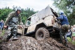 Uaz 469克服一个泥泞的坑 免版税库存照片