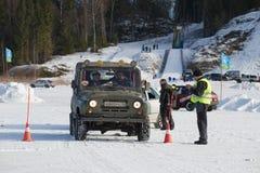 UAZ-469 vem para o começo O campeonato aberto no turismo dos esportes da república do ` de Carélia o quatro rodas motrizes - inve Fotos de Stock