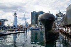 Ubåt som framme svävar och anslutas av Sydney det maritima museet med cityscapebakgrund på Darling Harbour arkivbild