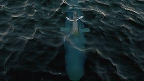 Ubåt som patrullerar precis nedanför vattnets yttersida