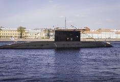 Ubåt under utbildning i ståta som är hängiven till Victory Day, arkivfoton