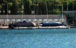 Ubåtar på torr skeppsdocka Arkivbilder