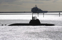 Ubåten och en krigsskepp på Plymouth låter UK Arkivfoto