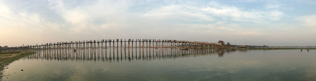 Ubein桥梁全景在曼德勒,缅甸 库存图片