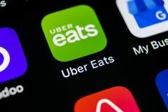 Uber吃在苹果计算机iPhone x智能手机屏幕特写镜头的应用象 Uber吃app象 3d网络照片回报了社交 社会媒介象 库存照片