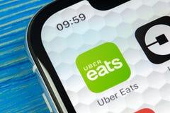Uber吃在苹果计算机iPhone x智能手机屏幕特写镜头的应用象 Uber吃app象 3d网络照片回报了社交 社会媒介象 库存图片