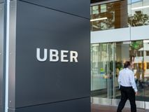 Uber总部设办公室与走的人的入口标志里面 库存照片
