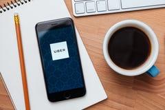 UBER是智能手机基于app的运输网络 免版税库存照片