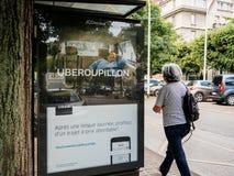 Uber που διαφημίζει για την υπηρεσία ταξί στη στάση λεωφορείου Στοκ Εικόνες